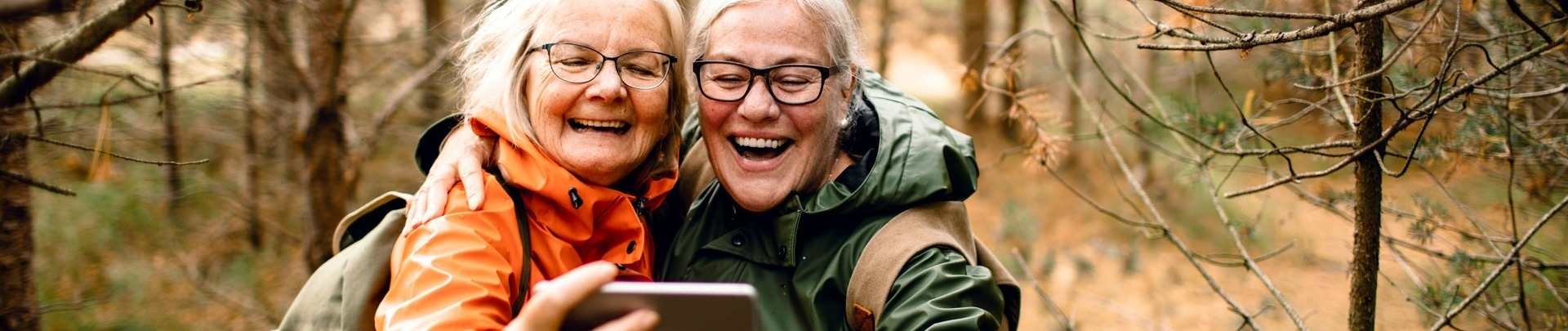 Senioren die een selfie maken